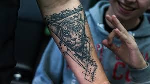 значение тату тигра с оскалом на руке плече эскизы 150 фото
