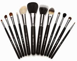 so let s talk about brushes today i m not an expert when it es to brushes but i do know what i like and what i don t like about the brushes that