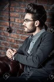 エレガントなフォーマルな服とメガネで堂々 としたハンサムな男性