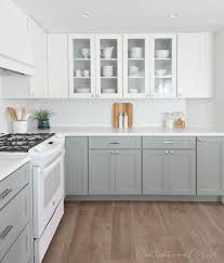 cocina blanca y gris white upper cabinets caesarstone quartz in pure white countertop grey lower cabinets white appliances source com