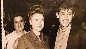 Последние твиты от gianni morandi (@morandi_g). Gianni Morandi E La Foto Del 1966 Ecco Chi E La Ragazza Ritratta Supereva