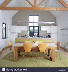 Arne Jacobsen Stil Stühle Am Rustikalen Holztisch In Moderne