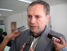 El defensor del Pueblo, Hugo Cabral, declara ante diversos medios. (FOTO A LAS SIETE). El Defensor del Pueblo Hugo Cabral habló con la prensa y trató ... - 6250_fotoauto2
