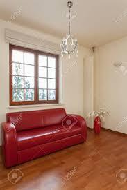 Classy Huis Woonkamer Met Klassieke Rode Bank Royalty Vrije Foto