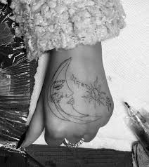 ариана гранде сделала татуировку со своей 93 летней бабушкой