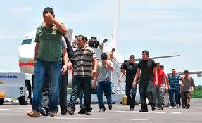 Resultado de imagen para imagen deportados llegando en avion al pais