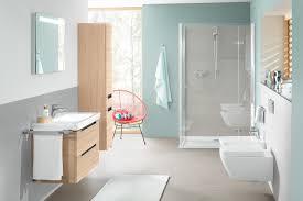 Badezimmer In Hellblau Mit Grauen Fliesen Holzmöbel
