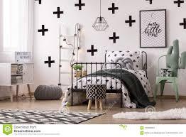 Gevormd Behang In Jong Geitje S Slaapkamer Stock Foto Afbeelding