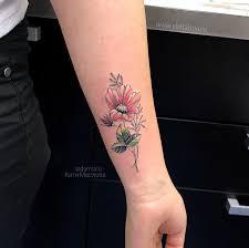 фото небольшой женской цветной татуировки на руке в стиле графика