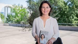 Annalena charlotte alma baerbock (sündinud 15. Annalena Baerbock Plagiatsjager Erhebt Vorwurfe Gegen Grunen Spitzenfrau Stern De