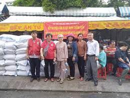 Bếp ăn từ thiện Thiện Tâm trao tặng 250 phần quà