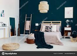 Dunkle Decke Auf Doppel Bett Mit Vielen Kissen Echtes Foto