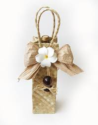 pop your own bottle of wine in this gift bag and voilà you have a uniquely hawaiian gift