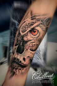 татуировка сова и череп на руке Chillout Tattoo Workshop