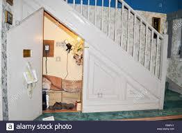 Mit integriertem schreibtisch und kleiderschrank. Der Schrank Unter Der Treppe Stockfotos Und Bilder Kaufen Alamy