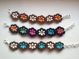 Bracciali e orecchini ad uncinetto con fiore con perline in legno
