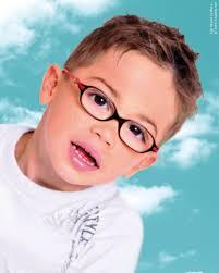 Sportief Kapsel Voor Kleine Jongens Die Een Bril Dragen