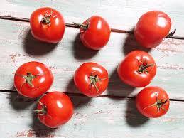 hummus taytetyt tomaatit hummus stuffed tomatoes sara la fountain talla kertaa lidln satokausikalenterin paaraaka aineena on pihvitomaatti pihvitomaatin nimitys tulee sen suuresta koosta yksi tomaatti painaa noin