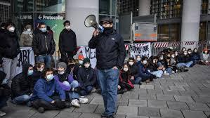 Italia, rientro a scuola in tre regioni: sciopero degli studenti contro la  Dad - Chiesa Cattolica - Italiana