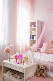Rosa Schlafzimmer Eines Mädchens Mit Kommode Für Ballettschuhe