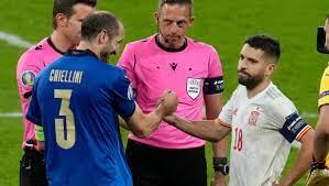 Chiellini erklärt kuriose Umarmung mit Alba bei Italien gegen Spanien -  FOCUS Online