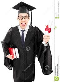 Молодой человек в мантии градации держа книги и диплом Стоковое  Молодой человек в мантии градации держа книги и диплом