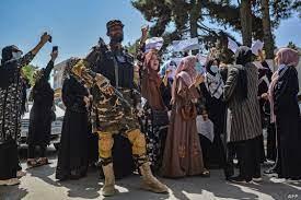 """اعتقال وضرب.. """"هيومن رايتس ووتش"""" تندد بممارسات طالبان ضد الصحفيين"""