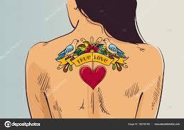 девушка с татуировкой романтический женщина обратилась с ее обратно