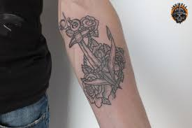 татуировка на предплечье у парня якорь и цветы фото рисунки эскизы