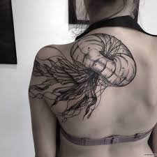 медуза в белом исполнении тату на лопатке у девушки добавлено