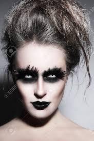 Femme Avec Halloween Make Up Gothique De Fantaisie élégante Et Coiffure