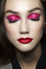 break out of your fort zone and make use of your seldom used makeup with these unexpected eyeshadow and lipstick binations from the runways
