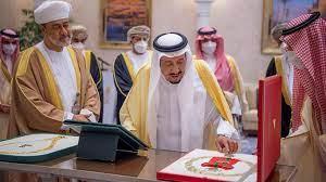 العاهل السعودي وسلطان عُمان يتبادلان قلادة الملك عبدالعزيز ووسام آل سعيد -  CNN Arabic