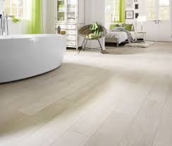 Unterschiedliche oberflächen und farben werden durch einfach verlegbaren vinylboden günstig realität in ihrem zuhause. Laminat Furs Bad Wasserfestes Laminat Im Badezimmer Verlegen