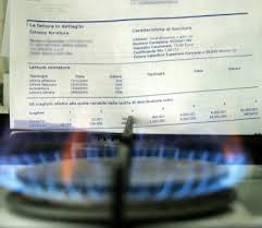 Foto bolletta con in primo piabo una bolletta del gas. Sembra,così, che prende fuoco.