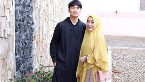 Kronologi perjalanan cinta alvin faiz dan larissa chou, diminta nika. Fakta Larissa Chou Menantu Kesayangan Mendiang Ustaz Arifin Ilham