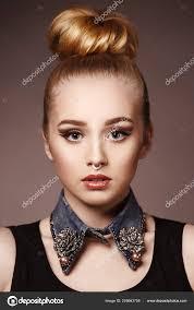 салон красоты мода портрет красивой молодой женщины блондинки яркий