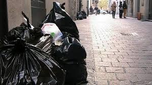 "Raccolta rifiuti, vietati i sacchi neri. ""Multe fino a 1000 euro"""