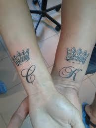 татуировка для двоих на запястье у парня и девушки корона фото