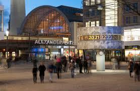Deutschland, Berlin, Alexanderplatz mit Bahnhof in der Abenddämmerung -  BFR000187 - Bernd Friedel/Westend61