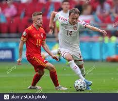 Amsterdam, Niederlande. Juni 2021. Mikkel Damsgaard (R) aus Dänemark lebt  mit Joe Morrell aus Wales während der UEFA Euro 2020 Championship Runde von  16 Spiel zwischen Wales und Dänemark in der Johan