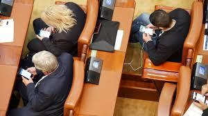 Şedinţa Solemnă De Centenar, Marcată De Parlamentari Cu Jocuri Pe Telefon, Poze şi Muzică în Căşti   Libertatea