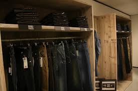 Afbeeldingsresultaat voor kledingwinkel inrichting