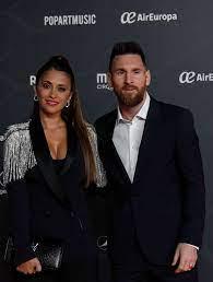 """Lionel Messi besucht mit seiner Frau Antonella Roccuzzo """"Messi10""""-Show"""