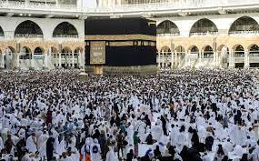 الحجاج يؤدون طواف الإفاضة بالمسجد الحرام