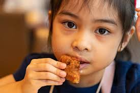 Chica Asiática Comiendo Pollo. Niño Comiendo Nuggets De Pollo Foto de  archivo - Imagen de delicioso, gente: 205603172