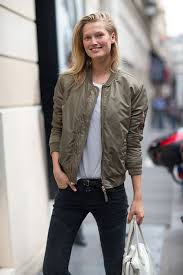 wear an olive er and black skinny jeans for a sunday lunch with friends