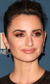 penelope cruz golden globes makeup penelope appeared with glowing skin and hypnotizing eyes at the golden globes