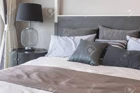Kissen Auf Dem Bett Und Luxus Schwarz Lampe Stil Auf Holztisch Seite