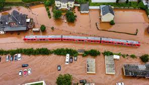 Flooding in Germany: Buildings collapse ...